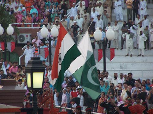 Banderas arriadas en el puesto fronterizo de Attari