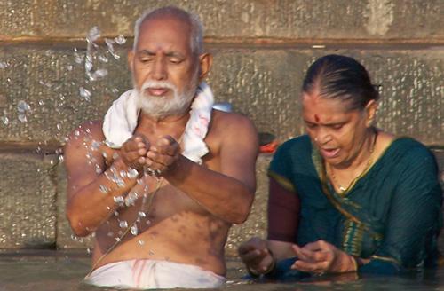 Abluciones al amanecer en Varanasi