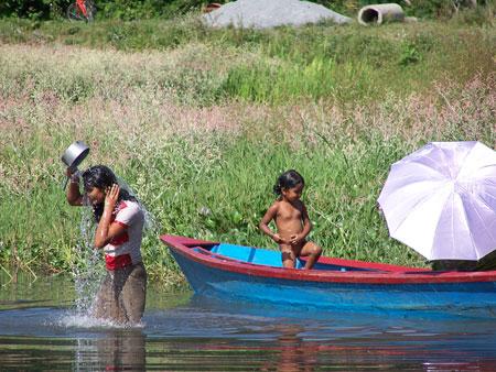 Chicas en el lago Phewa Tal