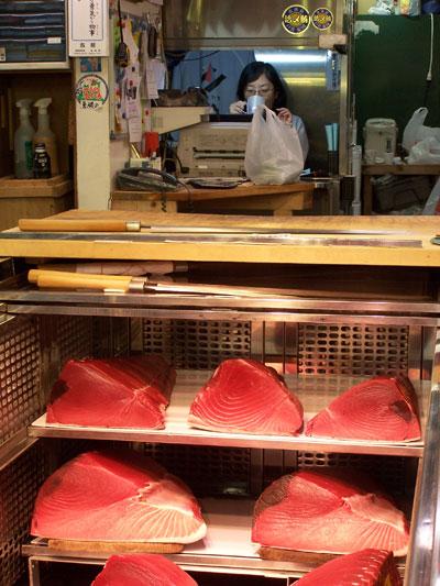 Expositor de atunes en el mercado