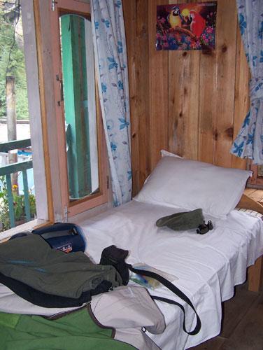 Cama individual en habitacion durante el trekking