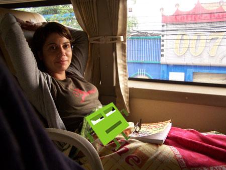 Silvia y el Pixel en su asiento del 'Open Bus'