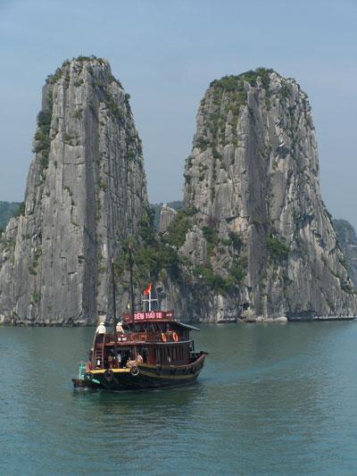 Barco turístico en Halong Bay