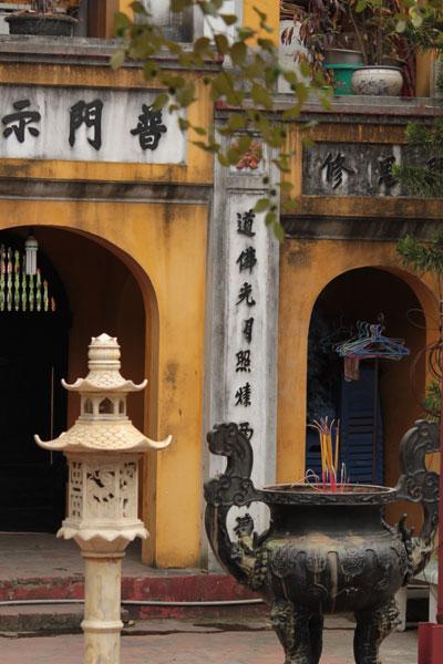 Incienso y temlos en Hanoi