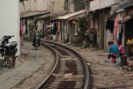 La vía del tren en el centro de Hanoi