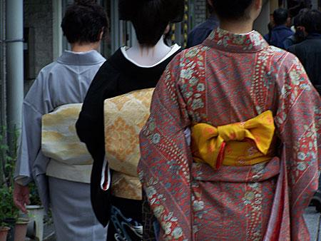Una comitiva de geisha al completo