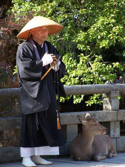 Monje y ciervo meditando