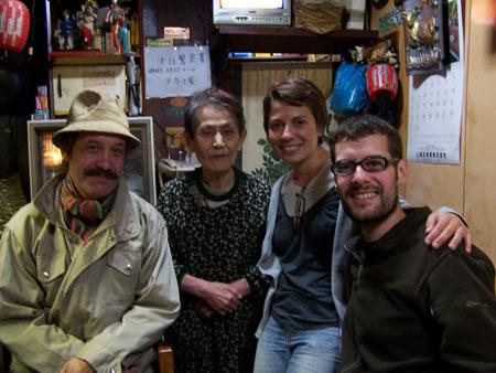 Auténtica velada japonesa. En la foto, con Kent y la dueña del bar