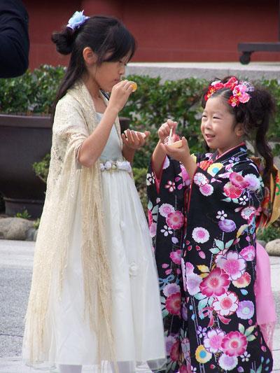 Niñas en el templo de Senso-ji