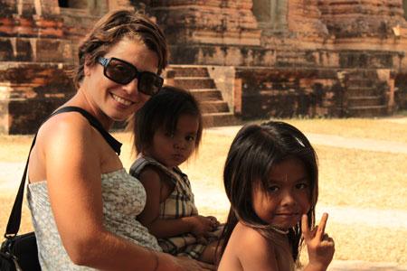 Silvia y dos pequeñas amigas camboyanas