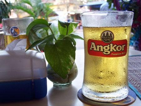 Cañita fresca de cerveza Angkor