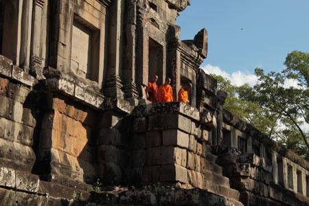 Monjes visitando un templo en Angkor