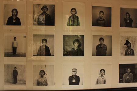 Fotografías de hombre, mujeres y niños detenidos