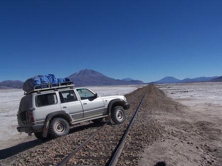 Atravesando las vías férreas del desierto
