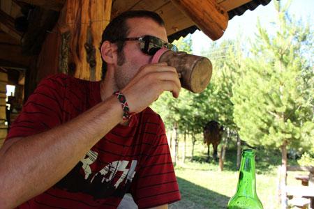 Tomando cerveza artesanal de El Bolsón