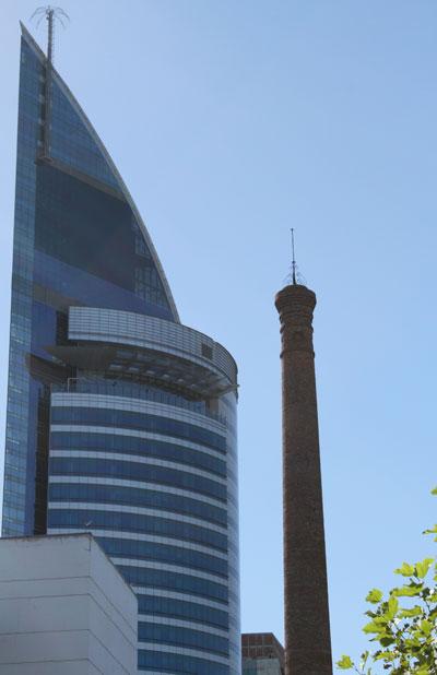Torre Antel junto a antigua chimenea