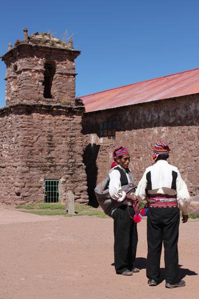 Hombres en la isla de Taquile