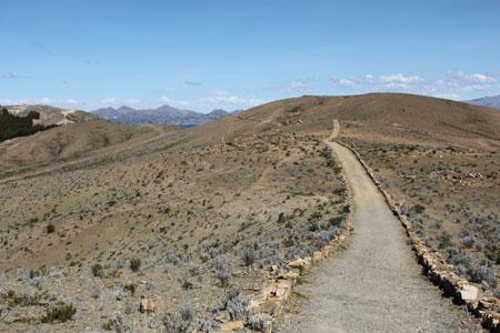 Camino inca que cruza la isla de norte a sur
