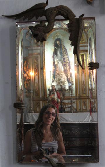 Alicia y los reflejos dorados de las iglesias